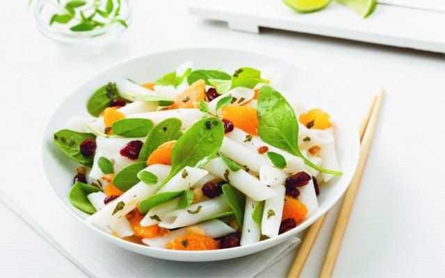 Salade de nouilles, épinards et mandarines