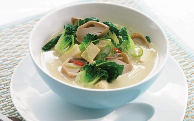 Soupe à la noix de coco, au bok choy et au tofu
