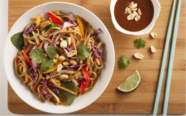 Salade arc-en-ciel, sauce aux arachides